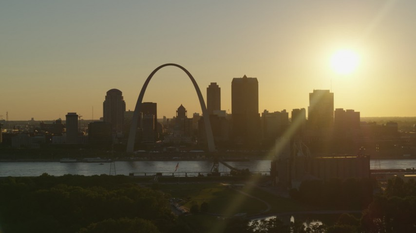 5.7K stock footage aerial video of the setting sun behind the Downtown St. Louis, Missouri skyline Aerial Stock Footage | DX0001_000697