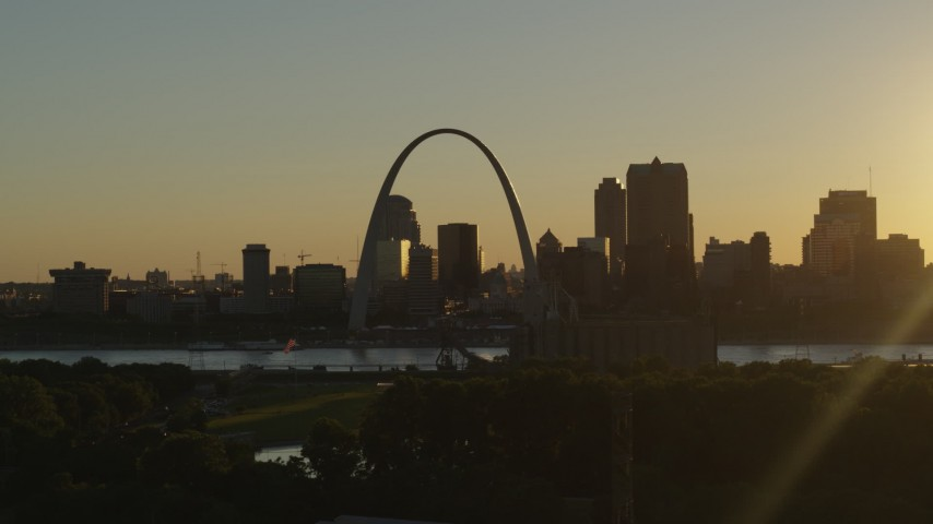 5.7K stock footage aerial video of the Gateway Arch at sunset in Downtown St. Louis, Missouri Aerial Stock Footage | DX0001_000698