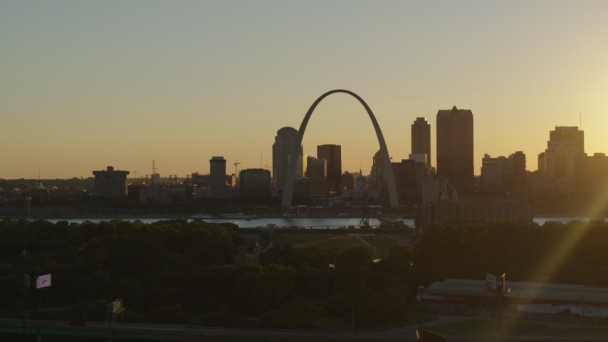 5.7K stock footage aerial video the skyline of Downtown St. Louis, Missouri and the Gateway Arch seen from East St. Louis Aerial Stock Footage | DX0001_000703
