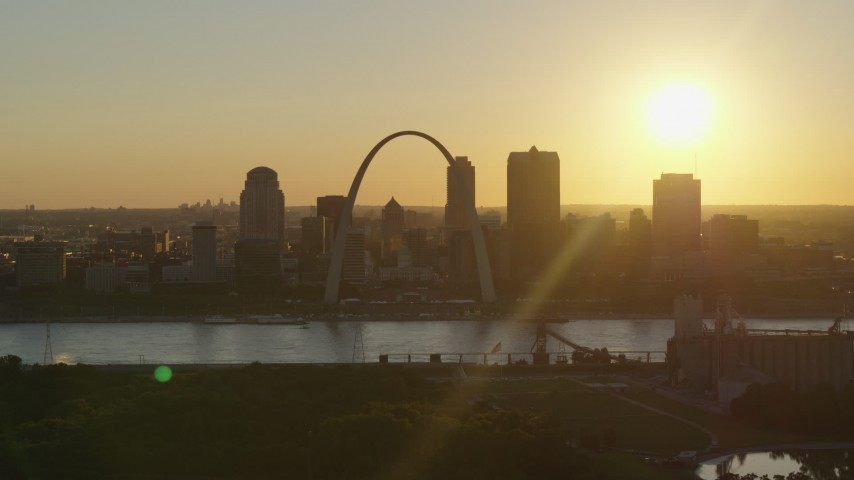 5.7K aerial video of the setting sun behind the Gateway Arch and Downtown St. Louis, Missouri Aerial Stock Footage | DX0001_000708