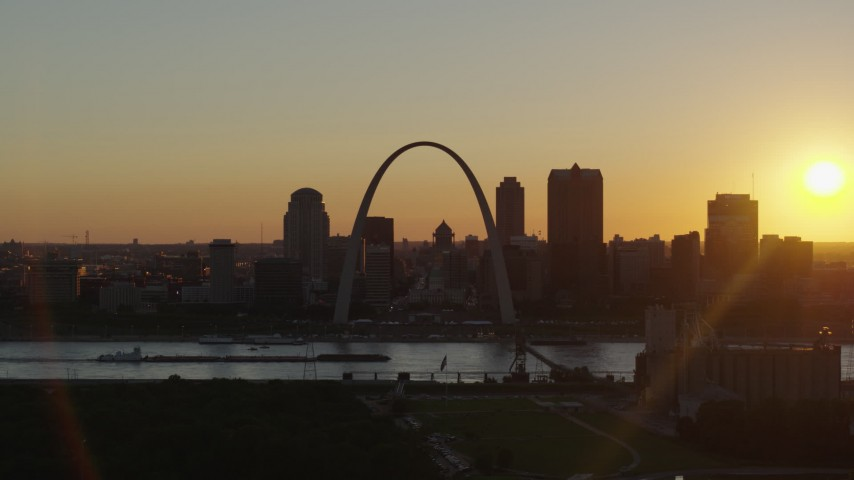 5.7K aerial video ascend for a view of the Gateway Arch and Downtown St. Louis, Missouri at sunset Aerial Stock Footage | DX0001_000712
