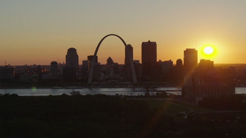 5.7K stock footage aerial video flyby the Gateway Arch and skyline of Downtown St. Louis, Missouri at sunset Aerial Stock Footage | DX0001_000716