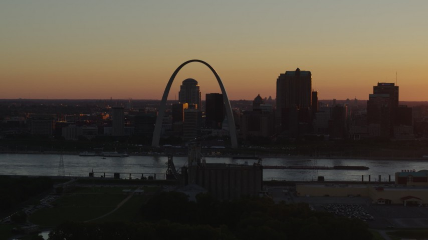 5.7K stock footage aerial video approach the Gateway Arch in Downtown St. Louis, Missouri at twilight Aerial Stock Footage | DX0001_000718