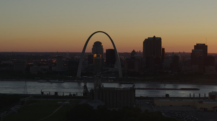 5.7K stock footage aerial video a view of the Gateway Arch in Downtown St. Louis, Missouri at twilight, seen while descending Aerial Stock Footage | DX0001_000719