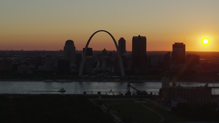 5.7K stock footage aerial video of the setting sun behind the Gateway Arch and Downtown St. Louis, Missouri Aerial Stock Footage | DX0001_000723