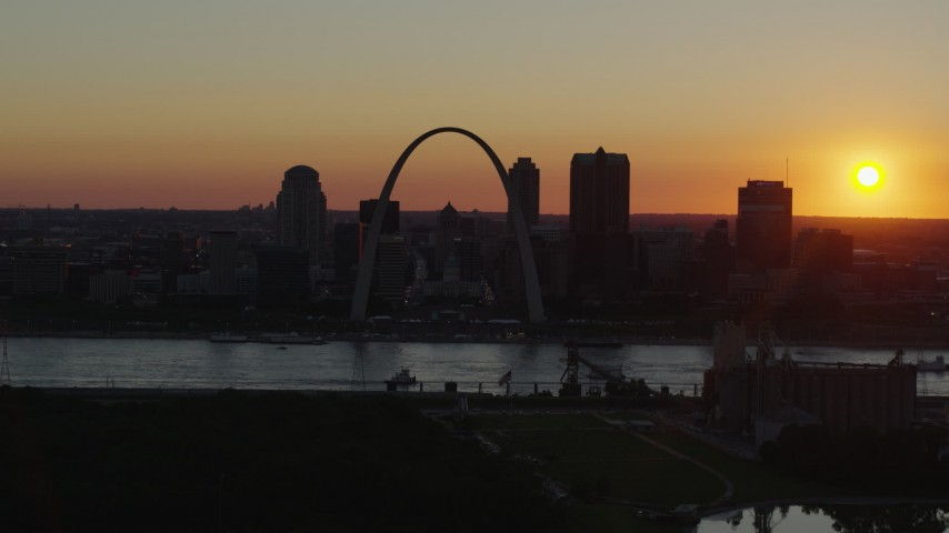 5.7K stock footage aerial video of the setting sun, the Gateway Arch and Downtown St. Louis, Missouri skyline Aerial Stock Footage | DX0001_000724