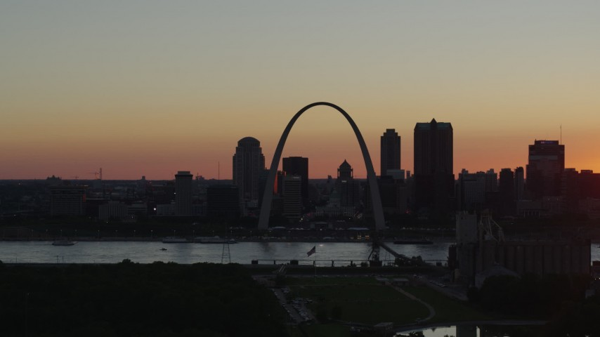 5.7K stock footage aerial video of the Gateway Arch and city skyline of Downtown St. Louis, Missouri, sunset Aerial Stock Footage | DX0001_000732