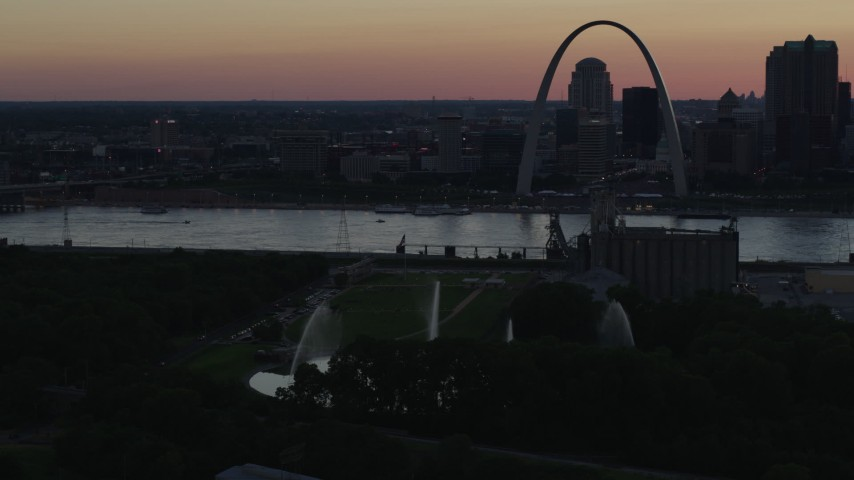 5.7K stock footage aerial video of the Gateway Geyser with the Arch across the river, Downtown St. Louis, Missouri, twilight Aerial Stock Footage | DX0001_000741