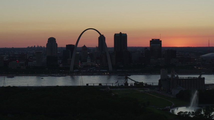5.7K aerial video of the Gateway Arch in Downtown St. Louis, Missouri at twilight, and the Gateway Geyser fountain Aerial Stock Footage | DX0001_000744