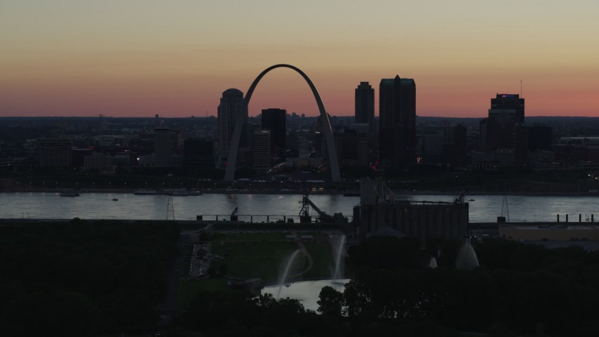 5.7K stock footage aerial video of Gateway Geyser, and the Gateway Arch in Downtown St. Louis, Missouri, twilight Aerial Stock Footage | DX0001_000745