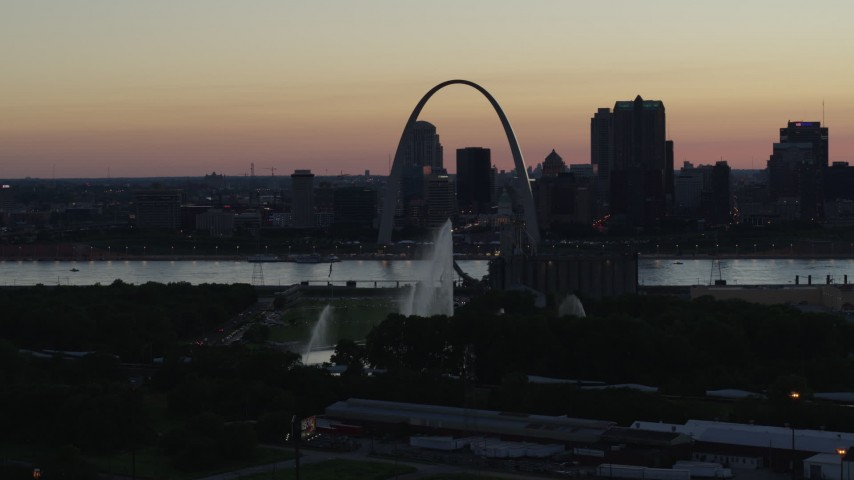 5.7K stock footage aerial video of the Gateway Geyser and Arch while descending, Downtown St. Louis, Missouri, twilight Aerial Stock Footage | DX0001_000753