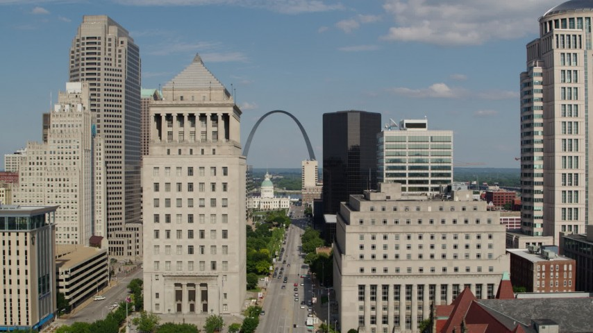 5.7K aerial video of courthouses and the Gateway Arch in Downtown St. Louis, Missouri Aerial Stock Footage | DX0001_000772