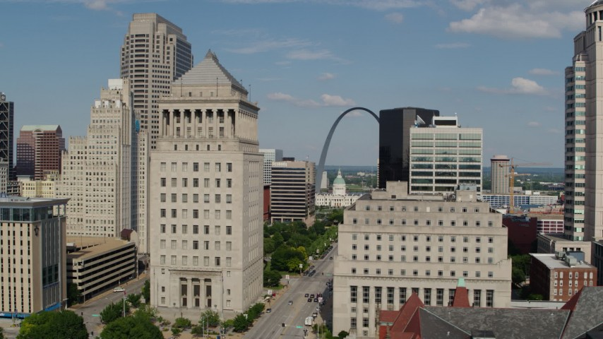 5.7K stock footage aerial video slow flyby of courthouses to reveal the Gateway Arch in Downtown St. Louis, Missouri Aerial Stock Footage | DX0001_000776