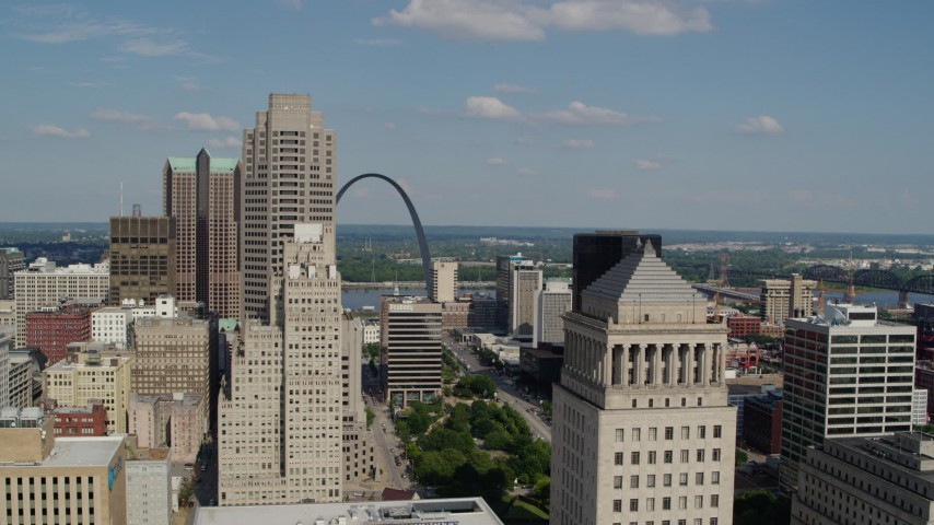 5.7K stock footage aerial video flyby courthouse to reveal the Museum at the Gateway Arch in Downtown St. Louis, Missouri Aerial Stock Footage | DX0001_000777