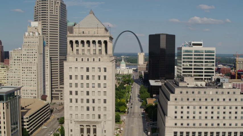 5.7K aerial video flyby a courthouse with view of the Museum at the Gateway Arch in Downtown St. Louis, Missouri Aerial Stock Footage | DX0001_000780