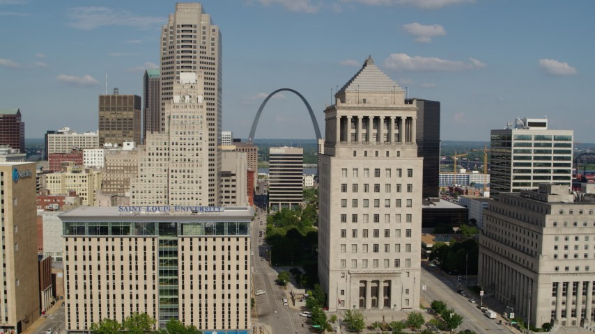 5.7K aerial video reverse view of courthouses and the Gateway Arch in Downtown St. Louis, Missouri Aerial Stock Footage | DX0001_000781