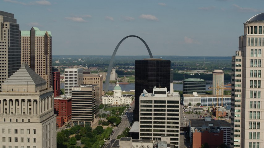 5.7K aerial video flyby buildings to reveal the Museum at the Gateway Arch in Downtown St. Louis, Missouri Aerial Stock Footage | DX0001_000795