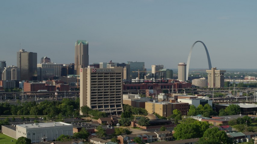 5.7K aerial video flyby office building in Downtown St. Louis, Missouri, with view of the Gateway Arch Aerial Stock Footage | DX0001_000814