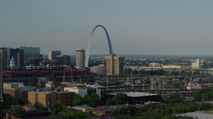5.7K stock footage aerial video of the Gateway Arch across the city seen while descending in Downtown St. Louis, Missouri Aerial Stock Footage | DX0001_000827