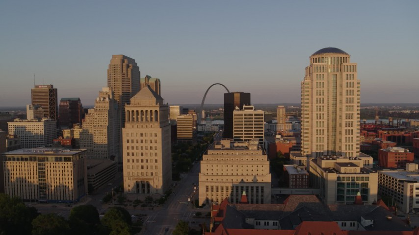 5.7K stock footage aerial video of the famous Arch seen from the courthouses, reveal the museum at sunset, Downtown St. Louis, Missouri Aerial Stock Footage | DX0001_000848