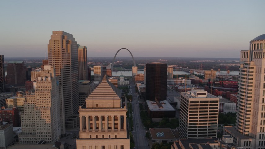 5.7K stock footage aerial video approach a courthouse and rise to reveal Arch and museum at sunset, Downtown St. Louis, Missouri Aerial Stock Footage | DX0001_000867