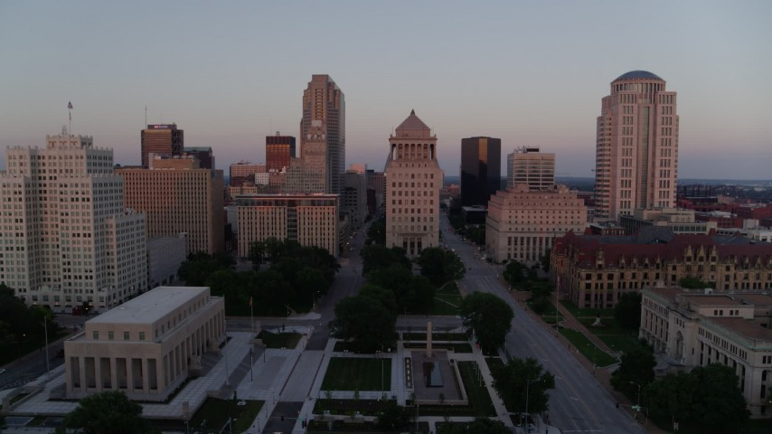 5.7K stock footage aerial video of an approach to a courthouse, and ascend to reveal the Arch at sunset, Downtown St. Louis, Missouri Aerial Stock Footage | DX0001_000875