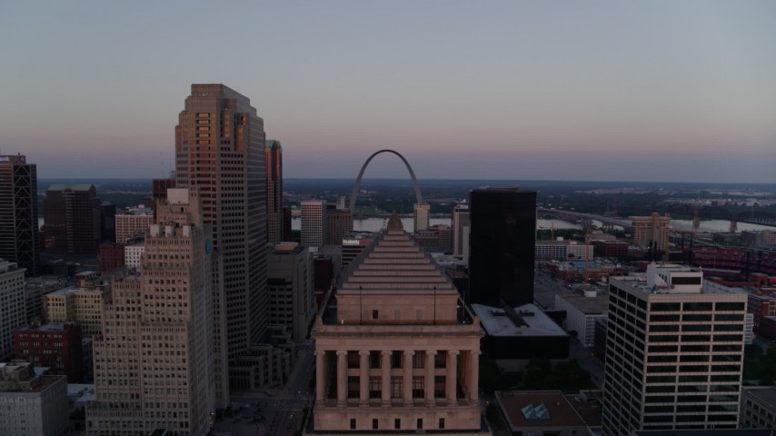 5.7K aerial video ascend over courthouse to reveal the Gateway Arch at twilight, Downtown St. Louis, Missouri Aerial Stock Footage | DX0001_000877