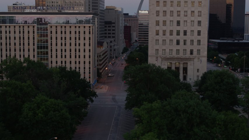 5.7K aerial video flyby university, city streets and courthouse at twilight, Downtown St. Louis, Missouri Aerial Stock Footage | DX0001_000885