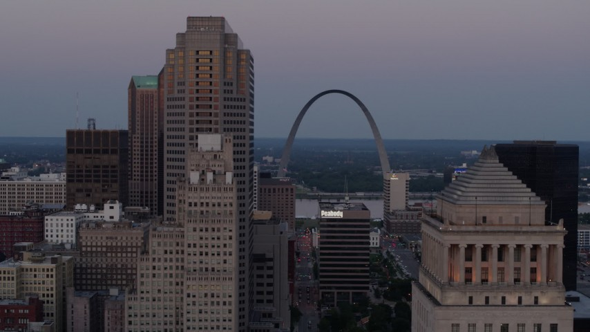 5.7K stock footage aerial video ascend past courthouse for a view of the Gateway Arch at twilight, Downtown St. Louis, Missouri Aerial Stock Footage | DX0001_000889