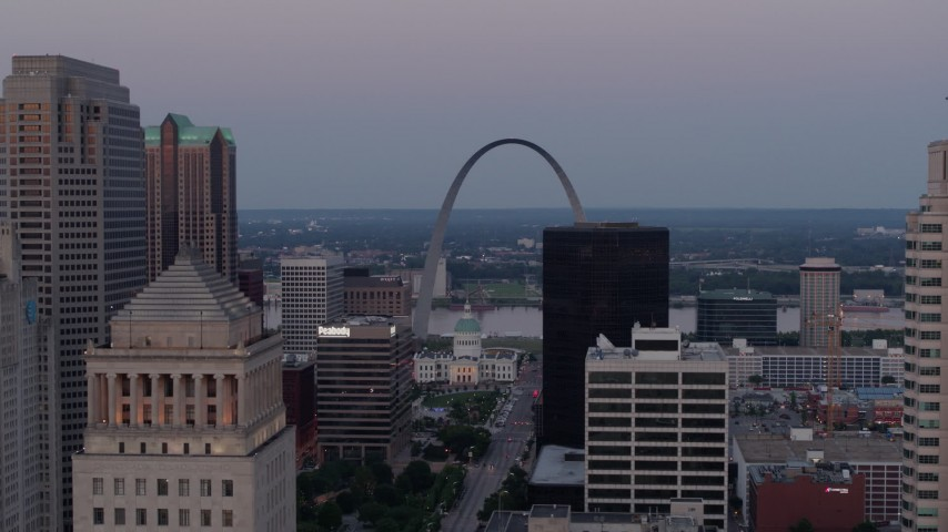 5.7K stock footage aerial video of the Gateway Arch at twilight seen across Downtown St. Louis, Missouri Aerial Stock Footage | DX0001_000891