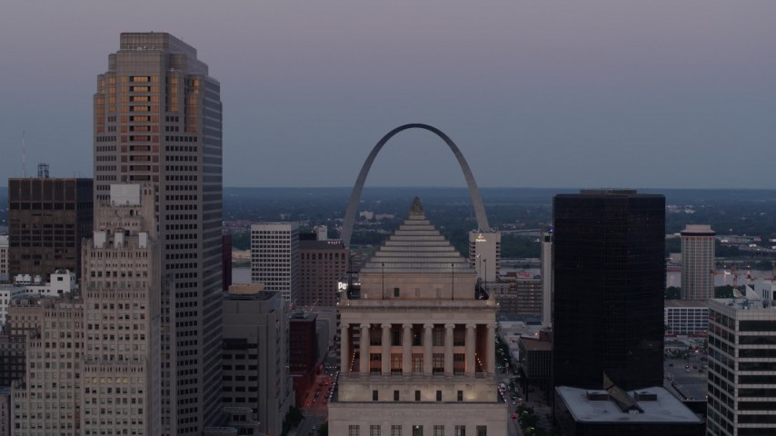 5.7K aerial video of the Gateway Arch at twilight, visible from a courthouse in Downtown St. Louis, Missouri Aerial Stock Footage | DX0001_000893