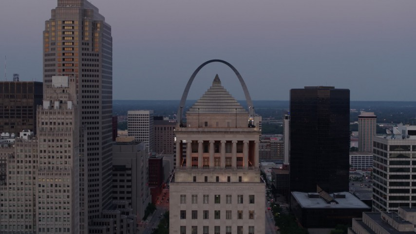 5.7K aerial video of the Gateway Arch at twilight, visible from a courthouse while descending in Downtown St. Louis, Missouri Aerial Stock Footage | DX0001_000894