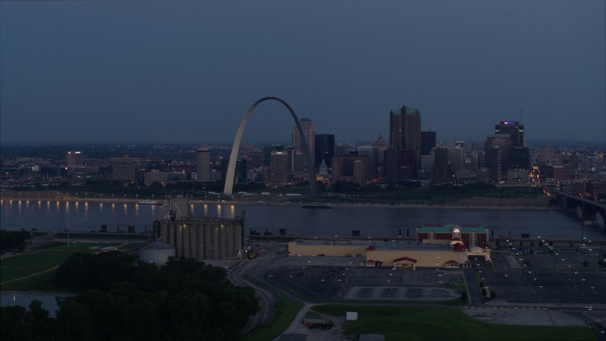 5.7K stock footage aerial video of the Gateway Arch at twilight seen from across the Mississippi River, Downtown St. Louis, Missouri Aerial Stock Footage | DX0001_000897