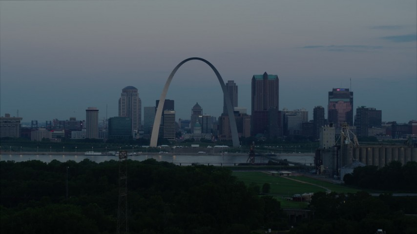 5.7K stock footage aerial video of the Gateway Arch and the skyline of Downtown St. Louis, Missouri, at twilight while descending Aerial Stock Footage | DX0001_000919