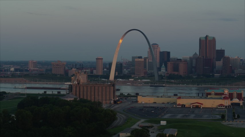 5.7K stock footage aerial video the Gateway Arch reflecting morning sunlight in Downtown St. Louis, Missouri Aerial Stock Footage | DX0001_000933