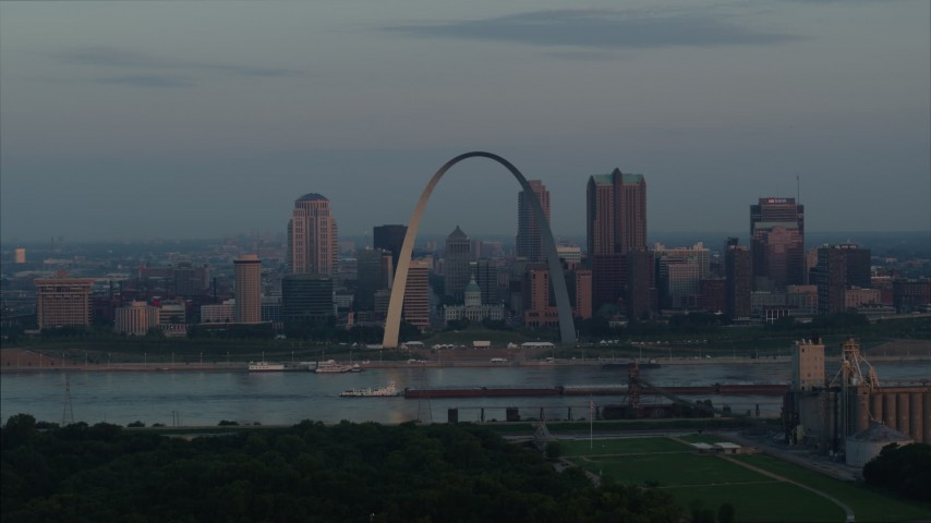 5.7K stock footage aerial video of a view of the Gateway Arch at sunrise in Downtown St. Louis, Missouri Aerial Stock Footage | DX0001_000936