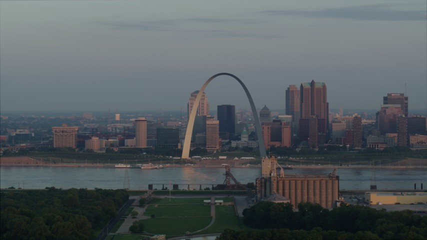 5.7K aerial video of the St. Louis Arch beside the river at sunrise in Downtown St. Louis, Missouri Aerial Stock Footage | DX0001_000942
