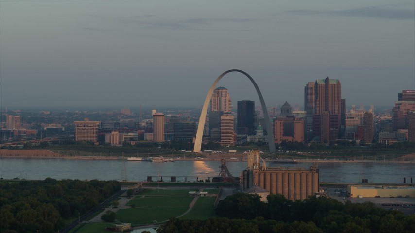 5.7K stock footage aerial video of the St. Louis Arch and the downtown skyline at sunrise in Downtown St. Louis, Missouri Aerial Stock Footage | DX0001_000945