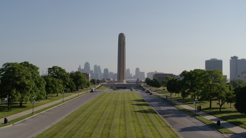 5.7K stock footage aerial video ascend from green lawn toward the WWI memorial and skyline in Kansas City, Missouri Aerial Stock Footage | DX0001_001075