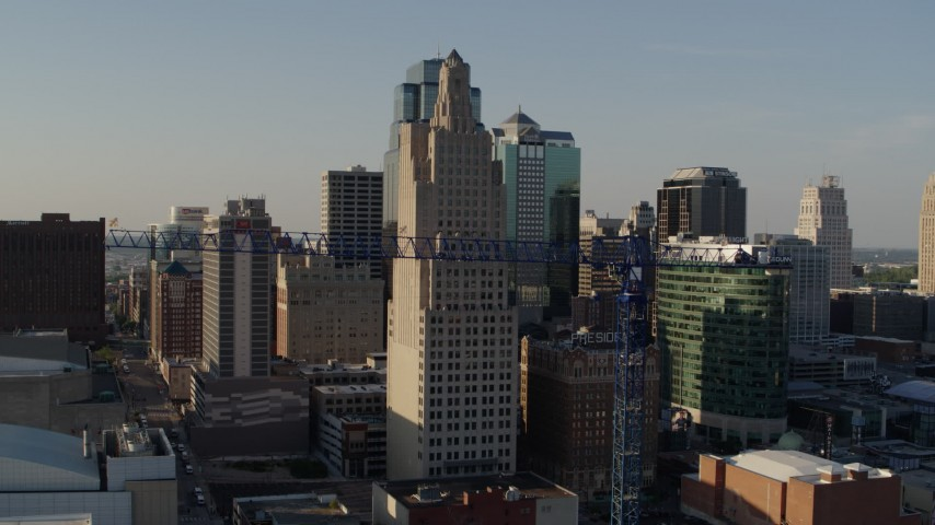 5.7K stock footage aerial video of descending by city skyscraper and crane in Downtown Kansas City, Missouri Aerial Stock Footage | DX0001_001160