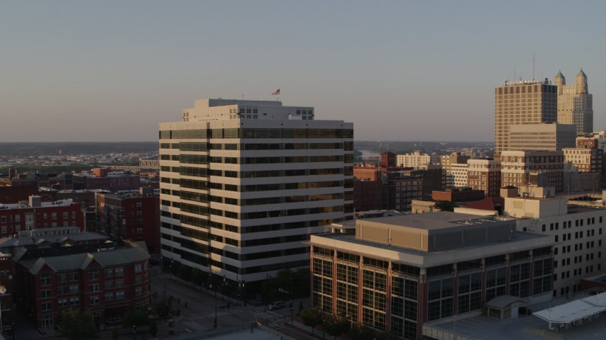 5.7K stock footage aerial video of an office building at sunset seen while descending in Downtown Kansas City, Missouri Aerial Stock Footage | DX0001_001353