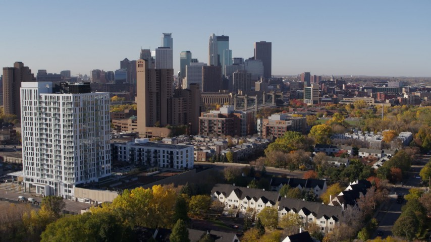 5.7K stock footage aerial video ascend by apartment complex for view of skyline in Downtown Minneapolis, Minnesota Aerial Stock Footage DX0001_002122 | Axiom Images