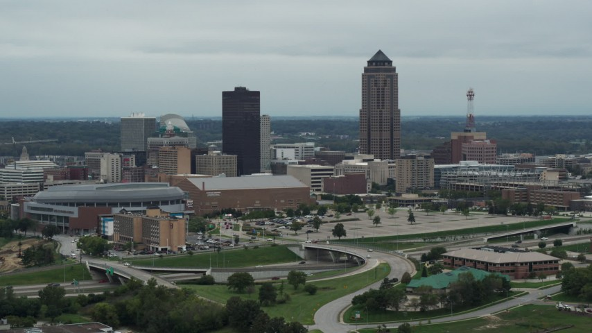 5.7K stock footage aerial video of a view of the city's skyline and skyscraper in Downtown Des Moines, Iowa Aerial Stock Footage | DX0002_167_002