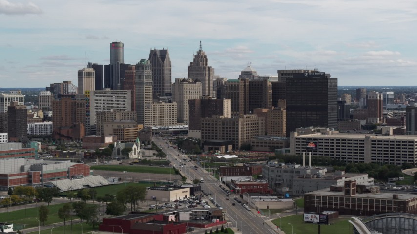 5.7K stock footage aerial video descend past tall skyscrapers in the city's skyline, Downtown Detroit, Michigan Aerial Stock Footage | DX0002_190_031