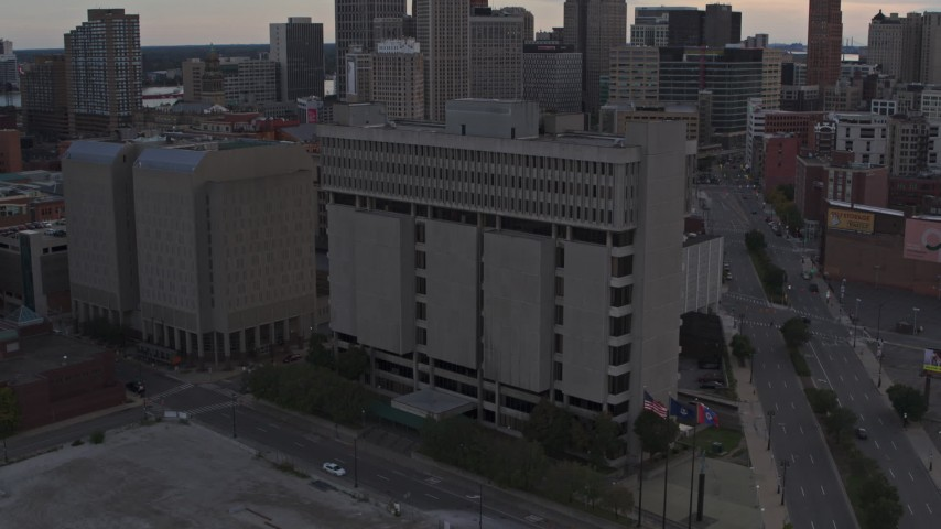 5.7K stock footage aerial of the Frank Murphy Hall of Justice while descending at sunset, Downtown Detroit, Michigan Aerial Stock Footage | DX0002_192_029