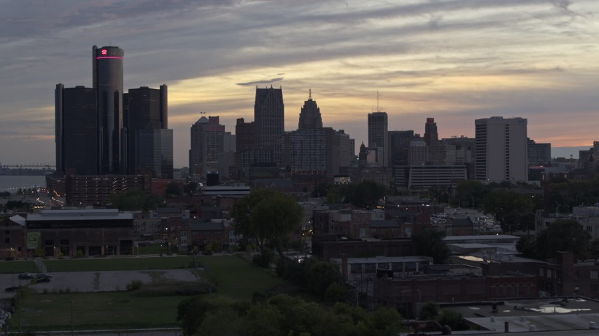 5.7K stock footage aerial video of focusing on the city's tall skyscrapers during descent at sunset, Downtown Detroit, Michigan Aerial Stock Footage | DX0002_197_054