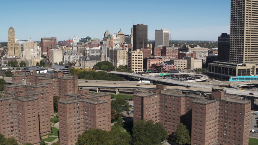 5.7K stock footage aerial video descend past I-190, city skyline, and apartment buildings, Downtown Buffalo, New York Aerial Stock Footage | DX0002_200_005
