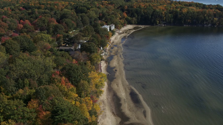 5.7K stock footage aerial video descend by beachfront homes by the shore of Lake Champlain, Burlington, Vermont Aerial Stock Footage | DX0002_223_031