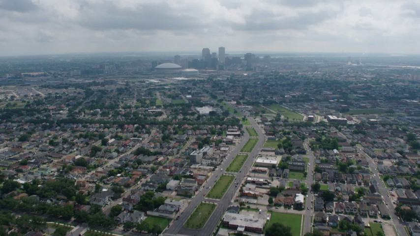 4K stock footage aerial video tilt from Garden District suburbs to reveal Downtown New Orleans skyline, Louisiana Aerial Stock Footage | PVED01_155