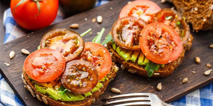 Avocado Toast with Tomatoes Recipe | The Beachbody Blog